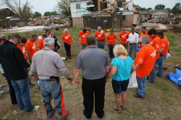 Oklahoma-tornado-response-Samaritan's-Purse-helping-homeowners-prayer
