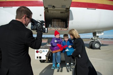 Greta Van Susteren interviews two young shoebox packers at the airlift.