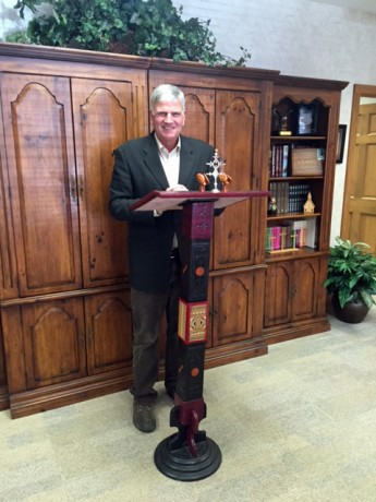 Nigerien Pastors Present Pulpit to Franklin Graham