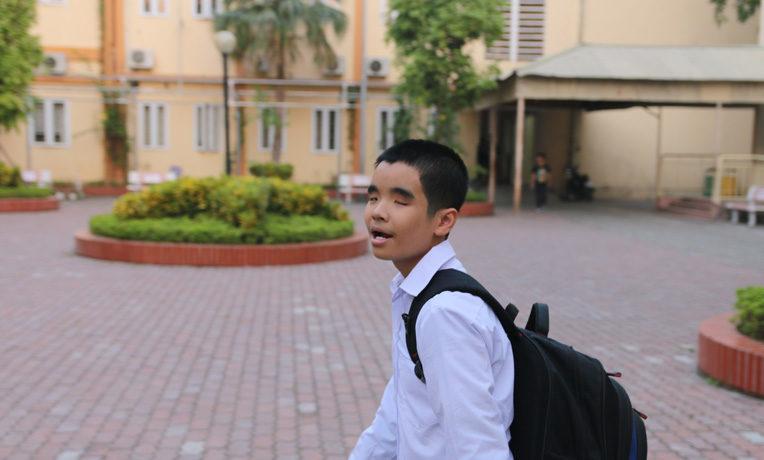 Blind Vietnamese Student Receives Scholarship