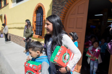 Rebeca gathers Isan and the three other children she brought to church so she can walk with them back to their homes.