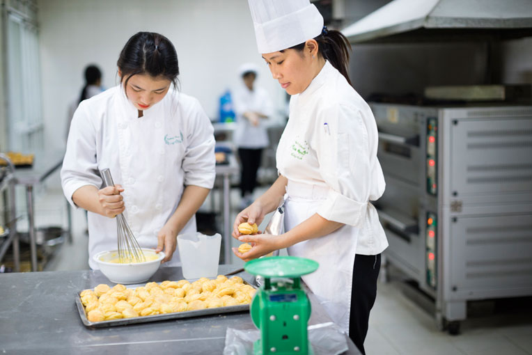 Students learn how to bake at Vietnam vocational school