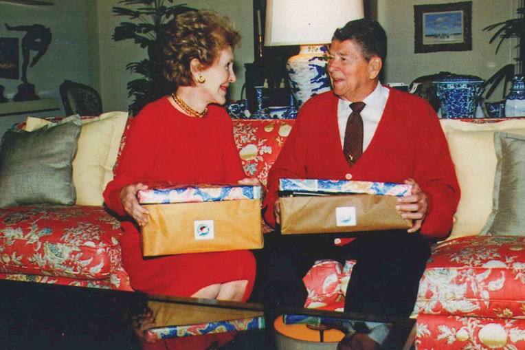 In 1999, former U.S. President Ronald Reagan and his wife Nancy packed shoeboxes for refugees from Kosovo.