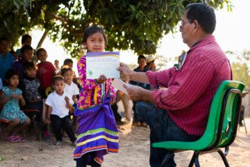 LIDIA, DE 6 AÑOS, CAMINÓ UNA MILLA A LA LAGUNA PARA ASISTIR A LAS CLASES DE LA GRAN AVENTURA, QUE INCLUYE UNA CEREMONIA DE GRADUACIÓN, DONDE RECIBIÓ UNA BIBLIA. SU VERSO FAVORITO ES: