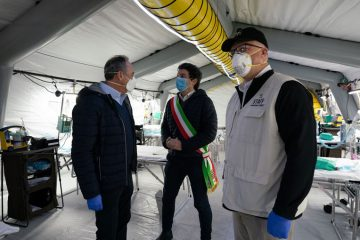 Giulio Gallera (left), Lombardy Minister of Health, and Gianluca Galimberti, Mayor of Cremona, tour our medical facility.