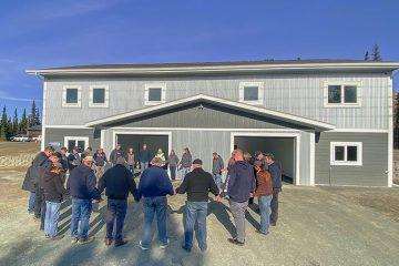 El personal, voluntarios y líderes del Centro Educativo Amundsen se reunieron alrededor de la residencia estudiantil para orar por los futuros estudiantes y la escuela.